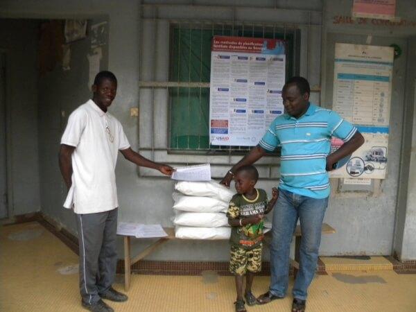 distribution de sacs de luzerne poste de santé de Tenetoubab